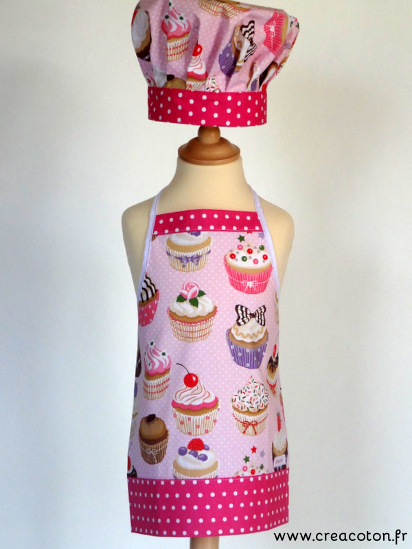creacoton-ensemble-tablier-toque-enfant-cupcakes-rose-bordure rose ...