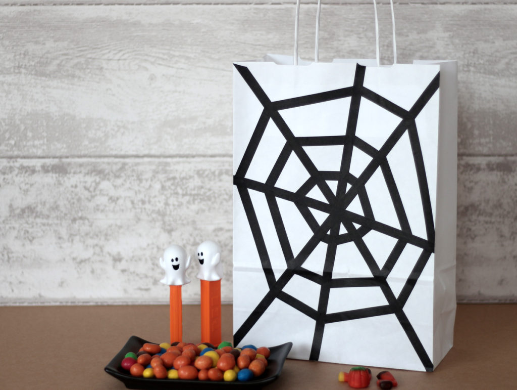 tuto diy halloween sac bonbons toile d araign e creacoton. Black Bedroom Furniture Sets. Home Design Ideas